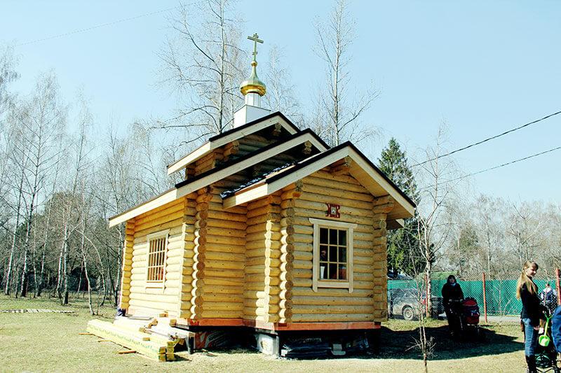 в деревянном храме