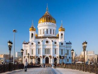 Регулярные онлайн-трансляции богослужений организует Российская православная церковь. Патриархат поддержалидею ограничить посещение церковных служб и организует регулярные онлайн-трансляции
